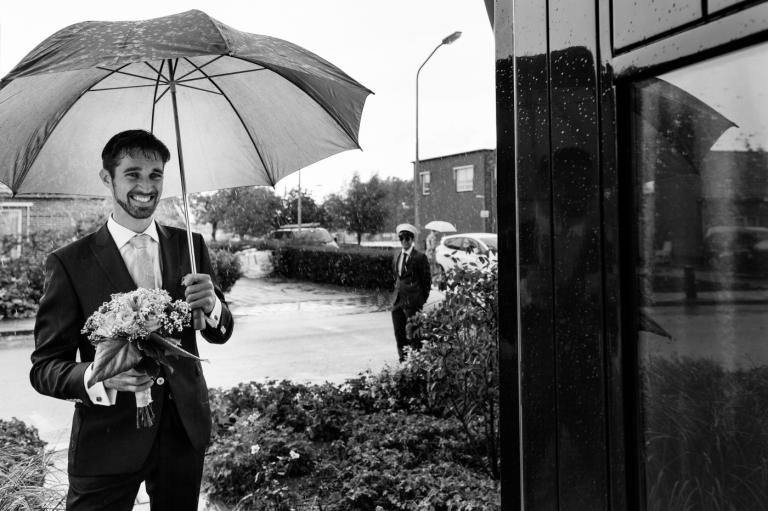 Yes-I-Do! Trouwreportage Enkhuizen Zuiderzeemuseum Marga en Cees first look regen op trouwdag paraplu op foto
